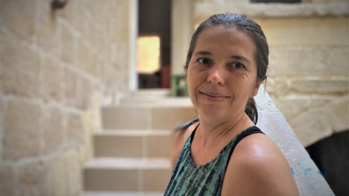 A Csallóközben született, majd Máltán, egy 400 éves házban kezdett új életet – PODCAST